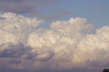 powerful and active white cumulonimbus cloud in a deep blue sky Imagens