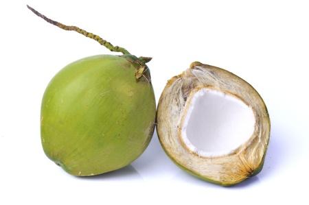 cocotier: Vert de noix de coco isol� sur fond blanc Banque d'images