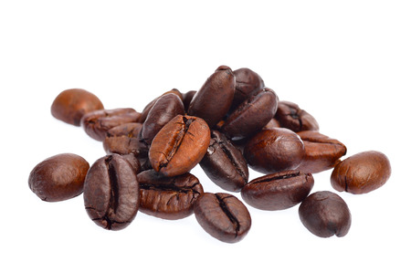 frijoles: Los granos de caf� sobre fondo blanco