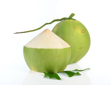 흰색 배경에 고립 된 녹색 코코넛