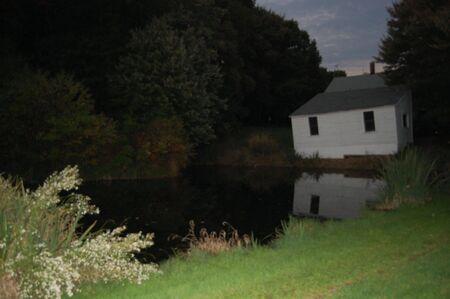 eng huis aan het meer Stockfoto
