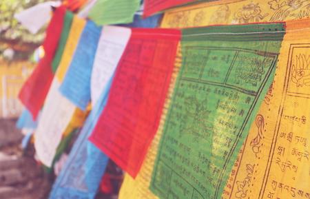 チベット仏教の経典にカラフルな布で書く