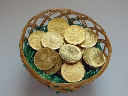 gulden: Golden coins in basket