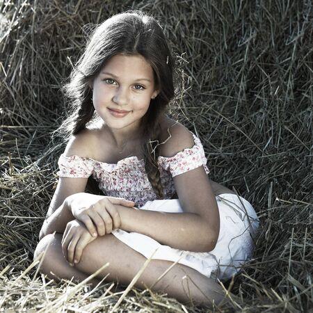 bambini pensierosi: Una bambina si trova nel campo