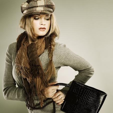 Une photo de la belle fille sexuelle est dans le style de mode avec un sac Banque d'images - 10630860