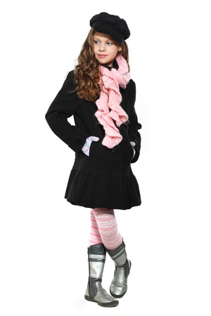 petite fille avec robe: Une petite fille est belle dans les vêtements d'automne, isolé sur un fond blanc Banque d'images