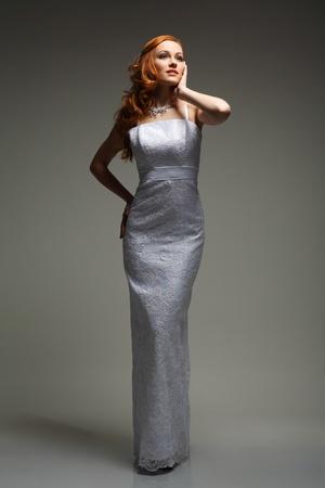 EVENING DRESS: Chica se encuentra en vestido de novia Foto de archivo