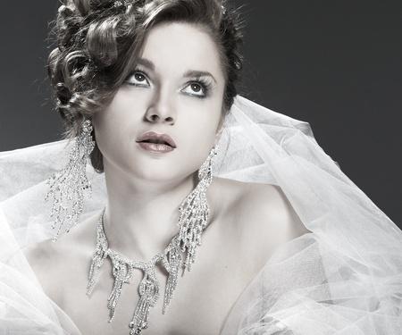 Un portrait de la belle tête blanche jeune fille est dans la décoration de mariages mariage, les accessoires Banque d'images - 12041301