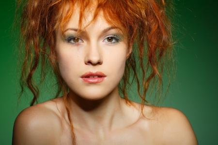 사과와 함께 아름 다운 성적 빨간 머리 소녀의 초상화