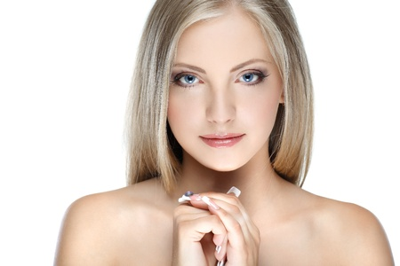 ragazza nuda: Closeup ritratto di donna sexy whiteheaded giovane con bellissimi occhi blu su sfondo bianco