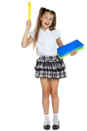 colegiala: una ni�a se encuentra en una forma de la escuela que ten�a una idea, aislado en un fondo blanco