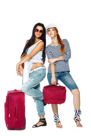 llegar tarde: Dos amigos, ir a las vacaciones aislado en un fondo blanco