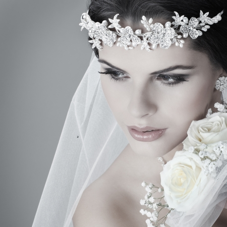 winter wedding: Portrait of beautiful bride. Wedding dress. Wedding decoration