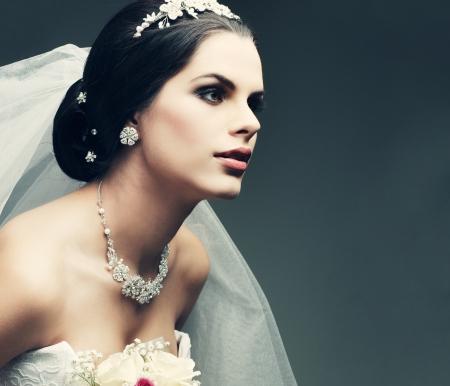 bröllop: Porträtt av vacker brud. Brudklänning. Bröllop dekoration Stockfoto