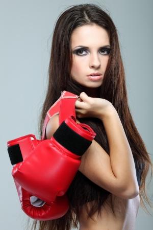Belle fille sexuelle boxe, fitness, sur un fond gris