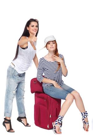 femme valise: Belle femme rousse touristique isolé sur un fond blanc