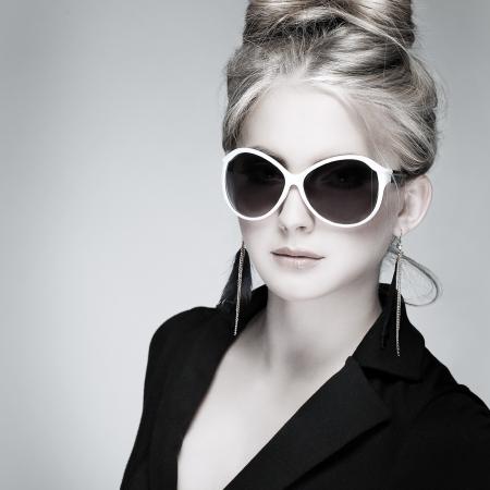 Une photo de la belle fille est dans le style de la mode sur fond gris, glamour Banque d'images - 20086030