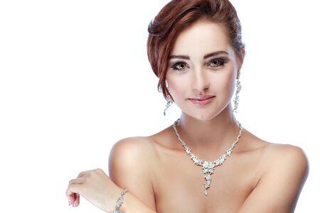 vestido de noche: Un retrato de la muchacha elegante está en el estilo de la moda. Decoración de la boda. Aislado en un fondo blanco Foto de archivo
