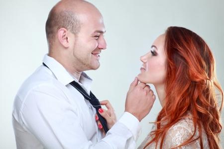 besos apasionados: Retrato de una pareja joven y bella en el estudio