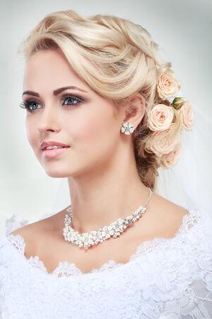 mujer bonita: Retrato de la novia hermosa. Vestido de novia. Decoraci�n de la boda