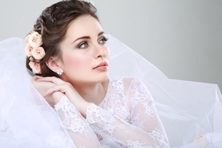 아름다운 신부의 초상화입니다. 웨딩 드레스. 웨딩 장식