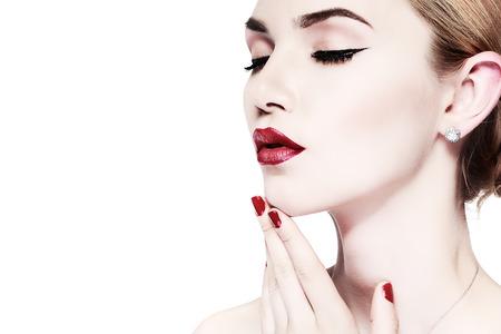 mujeres desnudas: Retrato del primer de la mujer atractiva joven Whiteheaded con hermosos labios rojos sobre fondo blanco Foto de archivo