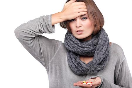 agotado: mujer que toma su sentimiento wile temperatura enfermo y con fiebre, aislado en un fondo blanco