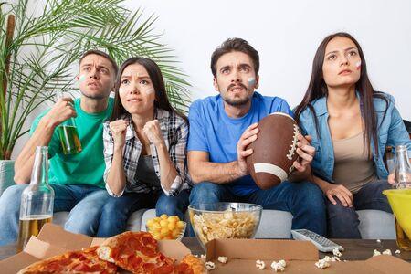 Grupa przyjaciół fanów sportu oglądania meczu w baseball kolorowe koszule