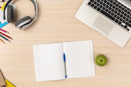 Espace de travail. Vue de dessus de bureau aucune personne ne fait ses devoirs tout en utilisant des gadgets