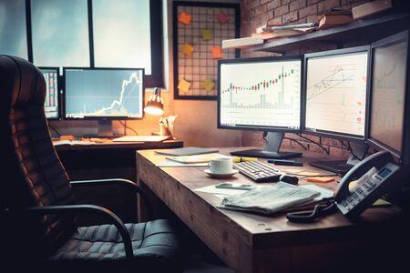 Lugar de trabajo del comerciante. Ð¡Gráficos y bolsa de valores en networking online. Foto de archivo
