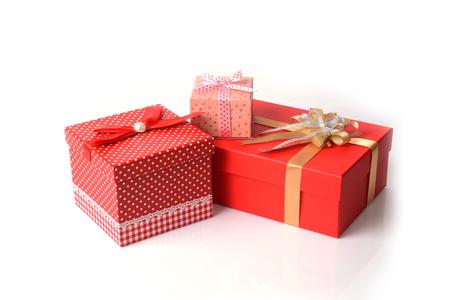 three gift boxes: Tres cajas de regalo, vario tama�o y dise�o, sobre fondo blanco