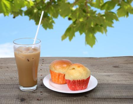 llegar tarde: Caf� helado y algunos muffins hacen que alguien sea fresca, as� a finales de la ma�ana. Foto de archivo