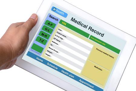 human health: Expediente m�dico del paciente navegar en la tableta en alguien la mano sobre fondo blanco.