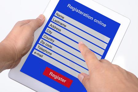 흰색 배경에 태블릿으로 온라인 등록.