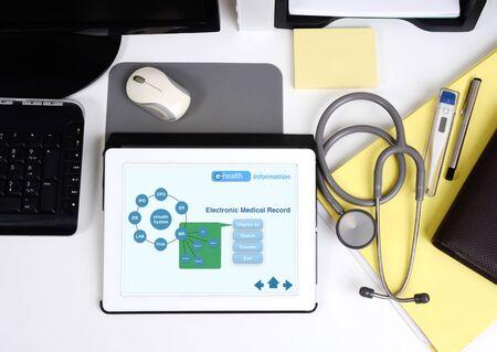 estetoscopio: Vista superior de la mesa de trabajo m�dico y la tableta muestra la informaci�n electr�nica. Foto de archivo