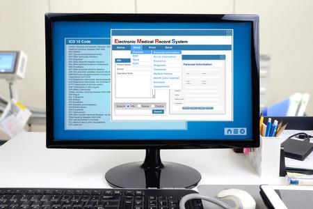 salud: La informaci�n m�dica y el sistema de historia cl�nica electr�nica muestran en la pantalla del ordenador.