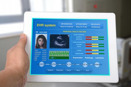 Elektronische Gesundheitsakte oder EHR auf Tablet-Show persönlichen Gesundheitsinformationen.