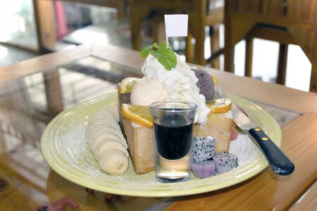 Fresh fruit, bread and soft cream for sweet dessert. Banco de Imagens