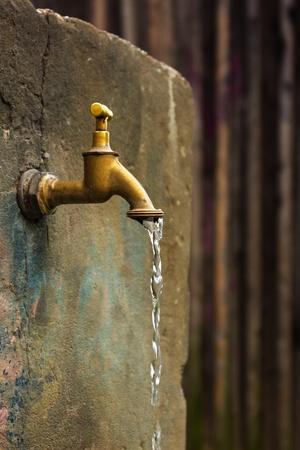 coule: Vieux robinet d'eau rouill�e