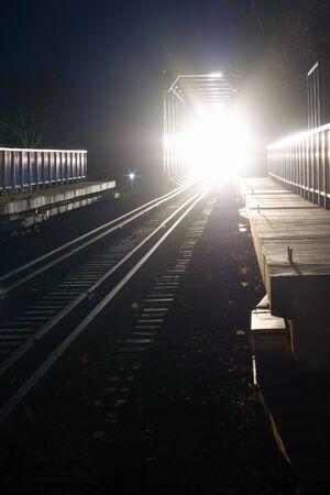 Scary ankommenden Bahn bei Nacht Standard-Bild