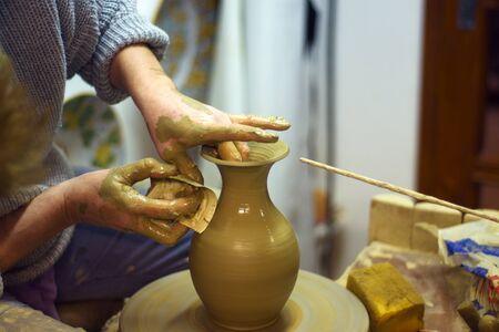 alfarero: Manos de mujer potter crear olla de barro