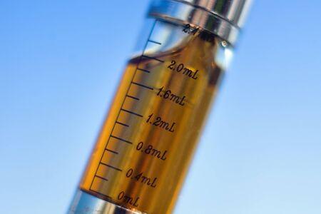 Elektronische sigaret container buis maatregel. Macro close-up Stockfoto