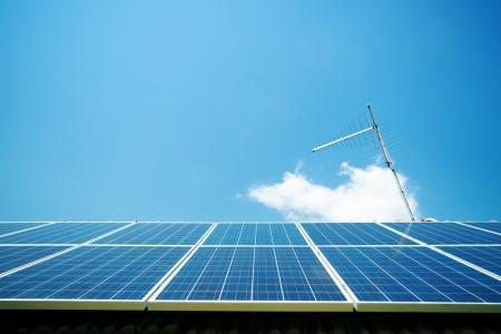 Zonnepanelen op het dak met de antenne