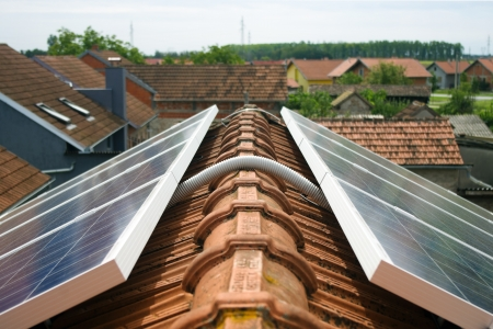 Detail van kabel zonnepanelen op het dak