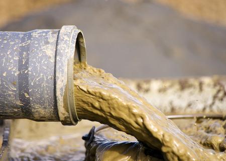 Barro que fluye desde el tubo, como parte de la perforación del pozo o perforación de agua para riego