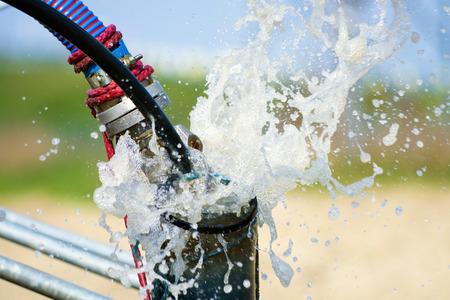 bomba de agua: El bombeo de aire desde el compresor a partir de la nueva perforaci�n de agua construidos o bien como un proceso de limpieza y filtraci�n de agua Foto de archivo