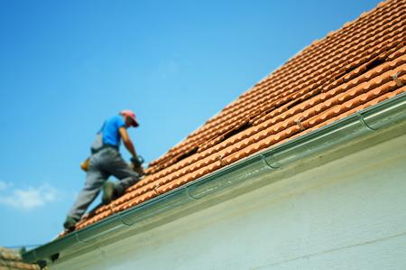 Ondiepe diepte van het veld voor de focus van de werknemers op het dak Stockfoto - 30007195