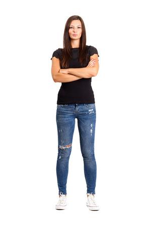 Zuversichtlich unglückliche Frau mit gekreuzten oder verschränkten Armen. Voller Körperlänge isoliert über weiß.