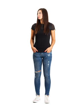 mujer cuerpo completo: Atractiva mujer de pelo largo con las manos en los bolsillos. De cuerpo entero en blanco.
