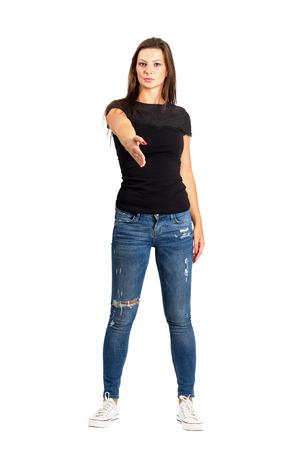 mujer cuerpo completo: Mujer morena casual con la mano el gesto de bienvenida para el apretón de manos. De cuerpo entero en blanco.